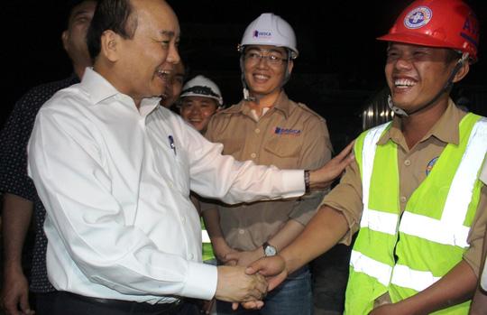 Thủ tướng bắt tay chúc mừng công nhân tại công trường