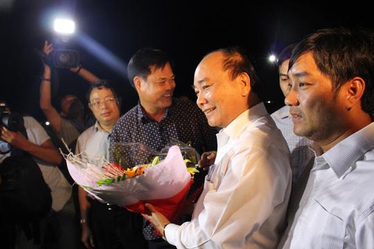 Thủ tướng nhận hoa chúc mừng của lãnh đạo tỉnh Phú Yên