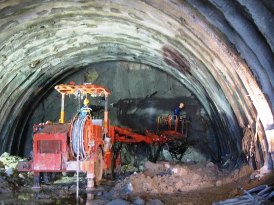 Công nhân, kỹ sư người Việt Nam trực tiếp tham gia khoan hầm đèo Cả