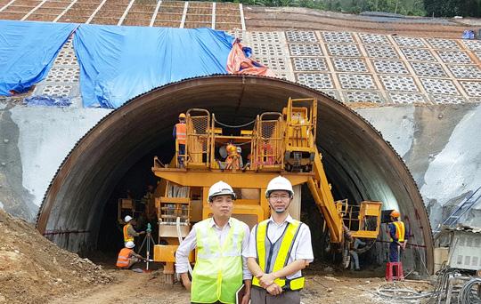 ThS Nguyễn Đức Toản (bìa phải) tại công trình hầm Cù Mông Ảnh: NGUYỄN TÂM