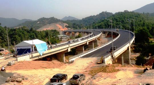 Cây cầu trên đường dẫn vào hầm đang được hoàn thiện