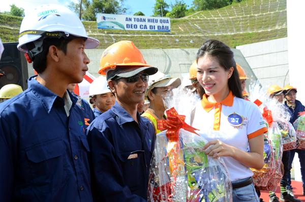Những công nhân đang ngày đêm miệt mài trên công trường nhận những phần quà ý nghĩa từ chính tay những người đẹp đến từ Việt Nam, các nước ASEAN